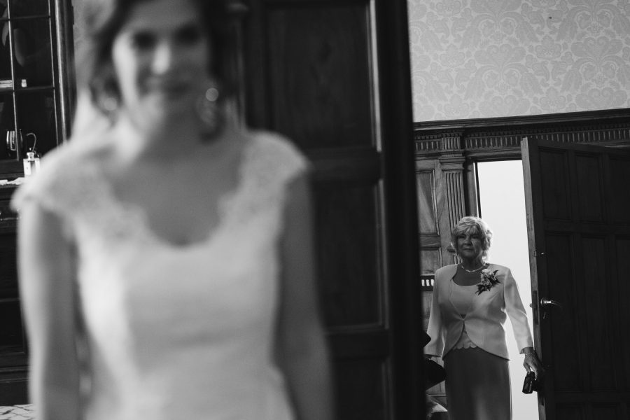 mother seeing bride for the first time